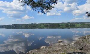 Utsikt fra gapahuk ved vannet Suteren Friluftsområdet Rakkestad kommune