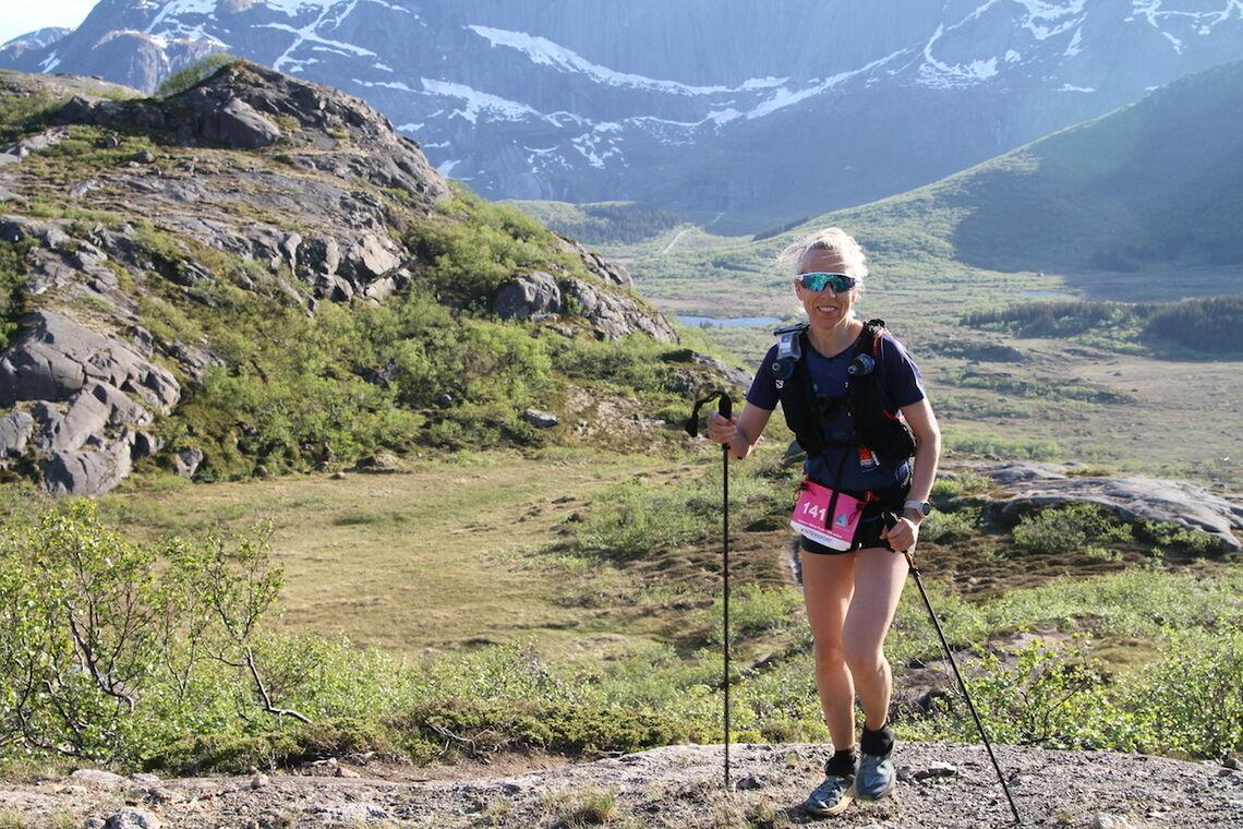 Lena-Britt Johansen på vei gjennom den lengste distansen, her er hun ca 45 km mellom Nusfjord og Napp. (Alle foto: Trond Arne Liavik)