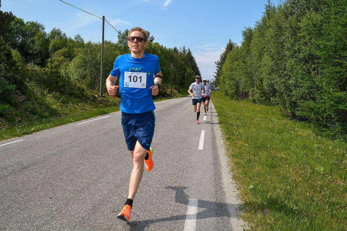 Per Myren fra Kristiansundløper inn til en klar seier på halvmaraton i årets Romsdal 5/10/halv. (Alle foto: Ingvild Bjørnøy Nylund (9 år) og Janne Haink (11 år))
