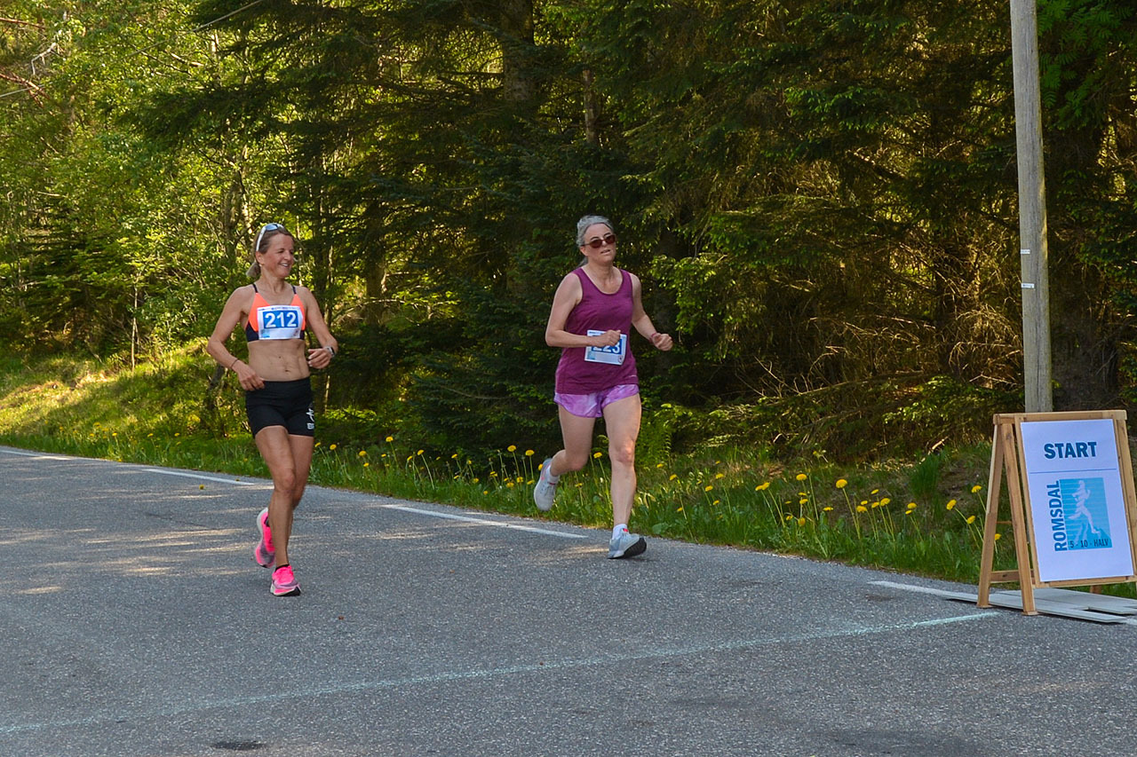 Totalvinner damer 10 km følger andre dame i mål.jpg