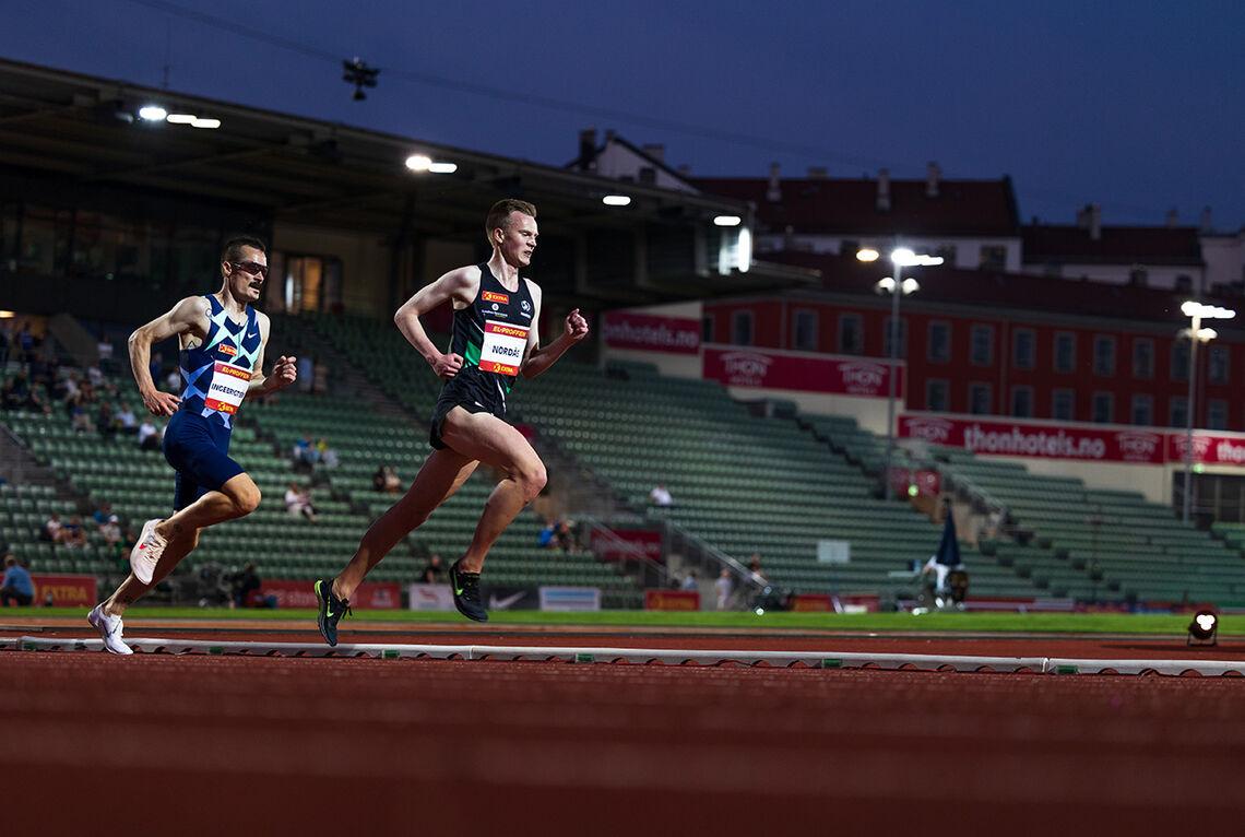 Narve Gilje Nordås og Henrik Ingebrigtsen i parløp på 5000 m. (Foto: Samuel Hafsahl)