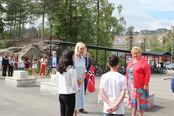 Statsminister Erna Solberg tas i mot på Smestad skole 8. juni 2021