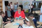 Statsministeren med elever 1. trinn som leser