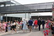 Elever på Smestad skole vifter med flaggene ved statsministerbesøk