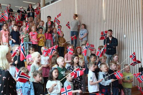 1. trinn - elever sang for statsministeren