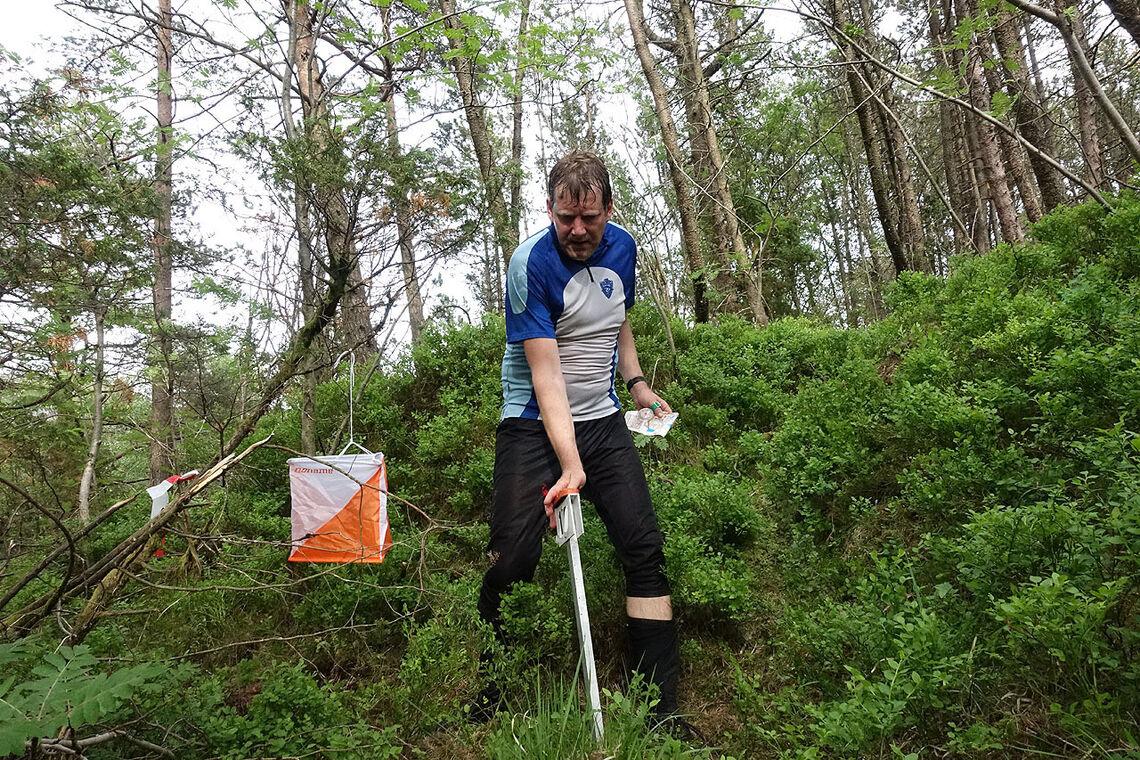 Jon-Kåre Hansen stempler inn på sisteposten i løypen rundt Garpetjern i Munkebotn. (Alle foto: Arne Dag Myking)