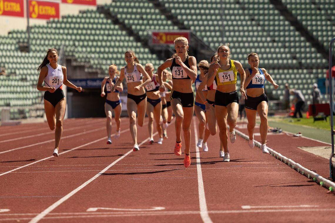 Malin Hoelsveen (131) spurter unn til seier på 800 m foran Amanda Marie Grefstad Frøynes (151), Sigrid Bjørnsdatter Wahlberg (128) og Solveig Cristina Hernandez Vråle (201). (Foto: Samuel Hafsahl)