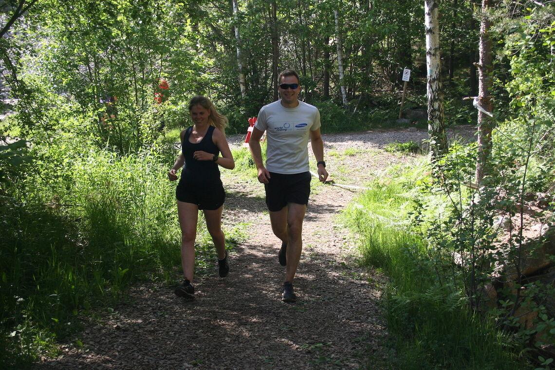Magnhild Tvedt, som er gravid, og hennes partner Dag Erik Tvedt likte seg under løpet. Her kommer de begge i herlig driv! Foto: Sverre Larsen