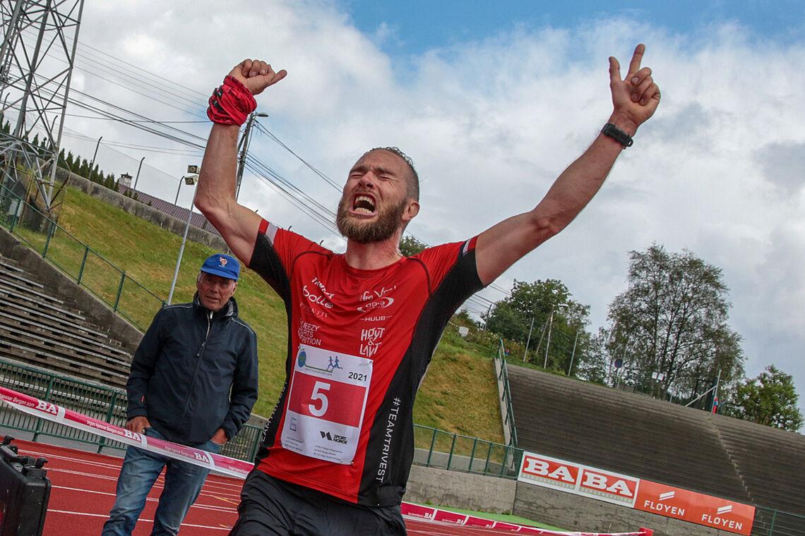 Det ble noen tårevåte siste kilometer inn mot mål da Tor-Aanen Kallekleiv forstod at det gikk mot seier og ny pers, etter et år med alvorlige skader. (Alle foto: Arne Dag Myking)