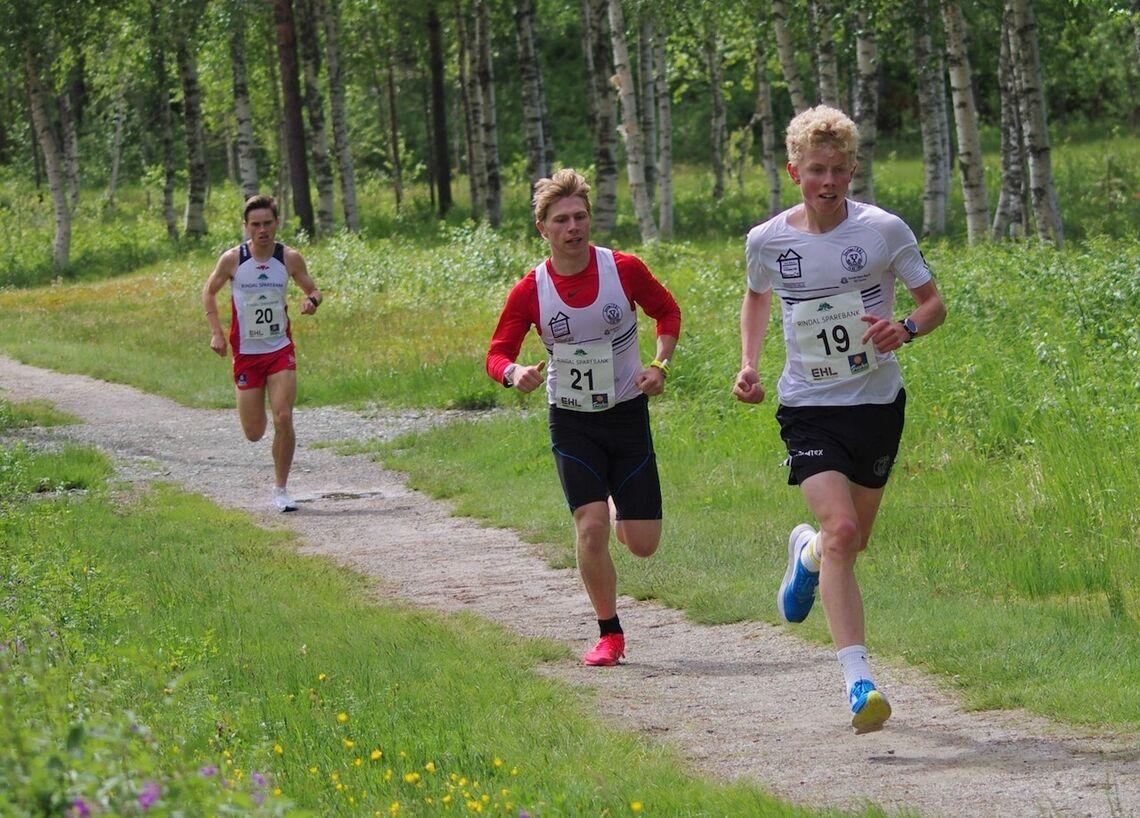 Lars Svorkdal,16 år (19), ble nummer to i mål. Vinneren Vegard Warnes (21) og Erik Kårvatn (20) er begge 18 år. Alle tre løp godt under Sondre Nordstad Moen sin løyperekord som han satte som 15-åring. (Foto: Gunnar Bureid)