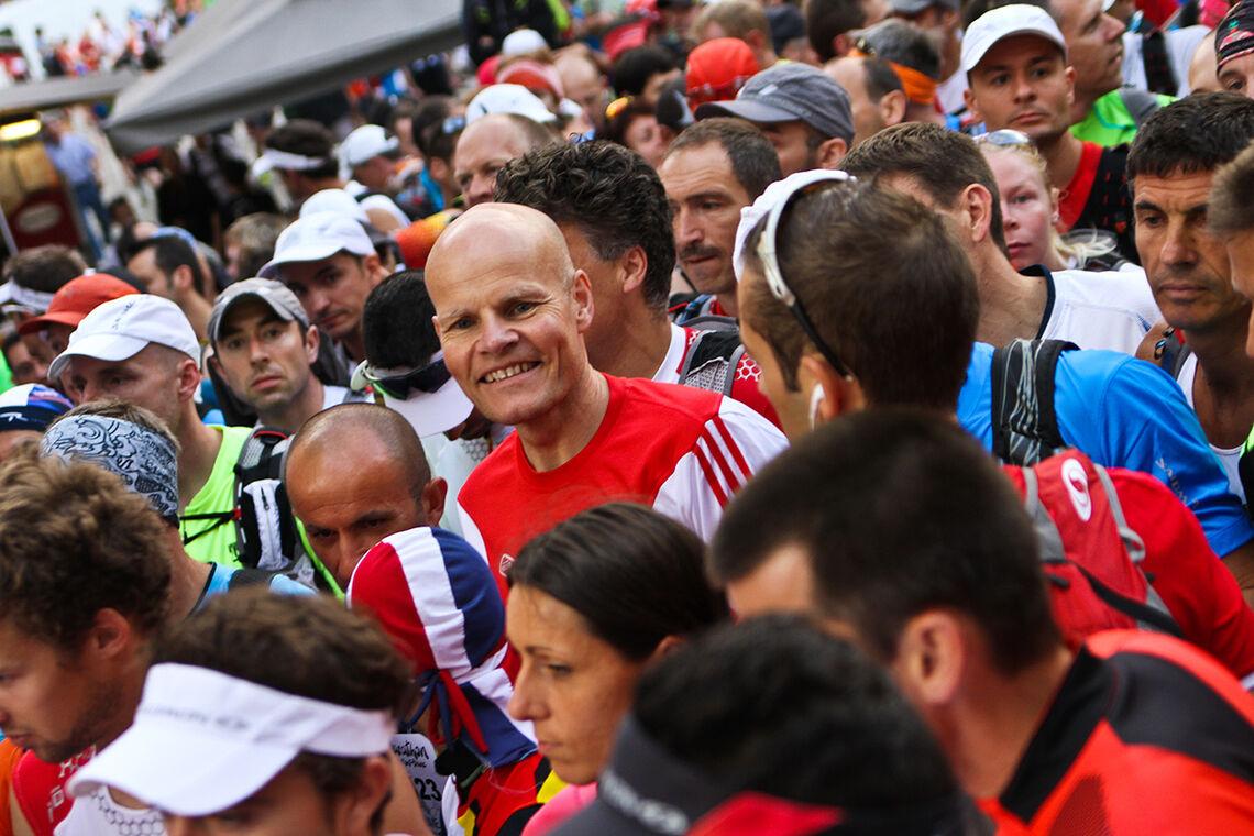 Midt i fellesskapen av forventningsfulle – eit langt løp skal snart starte. (Foto: Frode Klevstul)