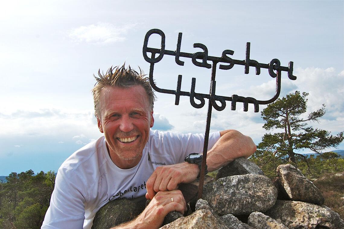 Løpsgeneral Thor Bylund er fotografert på toppen av Olashei. (Foto: arrangøren)