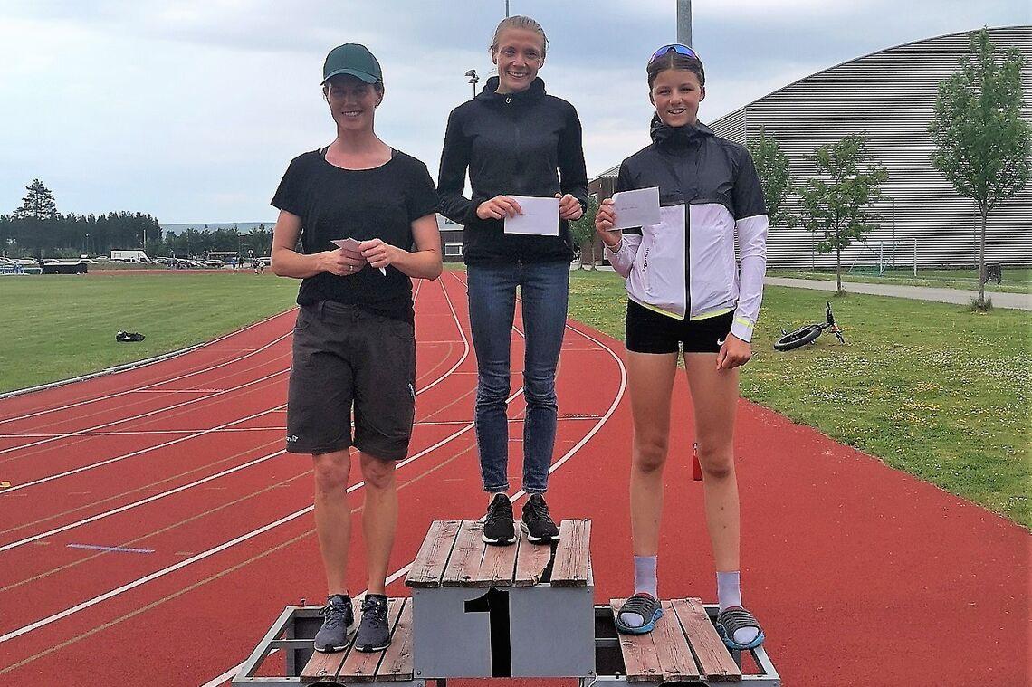 Lene Nylund (2), Synnøve Volden (1) og Hedda Faraasen Alme (3) på pallen ved Terningen Arena etter fire uker med intense konkurranser i terrenget. (Foto: Rolf Bakken)