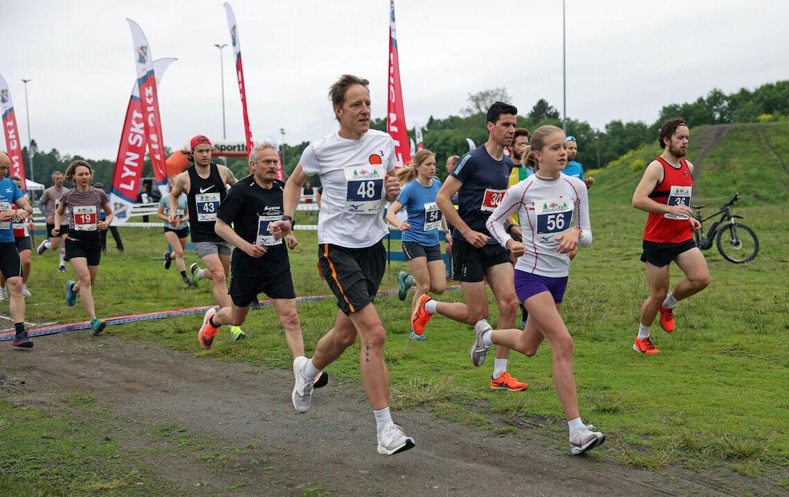 Per Jørgen Walstrøm (48) og Amanda Walstrøm legger av gårde fra start. Førstnevnte i klasse Menn 50-54, og Amanda i Jenter 15-16 år. Foto: Tom-Arild Hansen