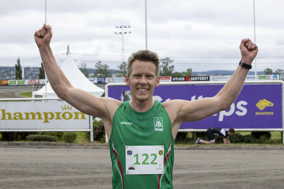 Anders Nøstdahl Gløersen fra Rustad IL var fornøyd med seieren på 10 km. (Foto: Bjørn Hytjanstorp)