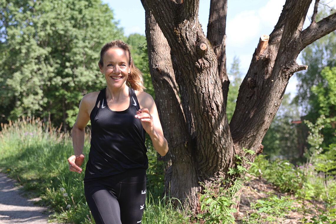 Jannike Kruse, som mange vil kjenne fra både NRK-serien «Hjem» og fra «Nissene på låven», kan ikke tenke et liv uten den frihetsfølesen det gir å løpe i frisk luft i naturen. (Foto: Tom-Arild Haugen)