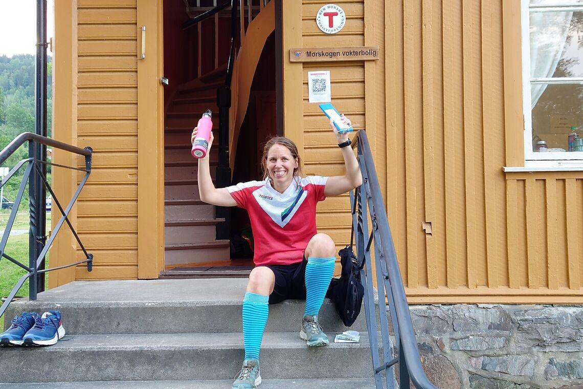 Sofie Johansson hviler ut på trappa til vokterboligen i Morskogen. (Foto: Thomas Pedersen)
