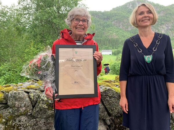 Kulturprisvinnar Turid Røynlid og ordførar Inger Lise Lund Stulien