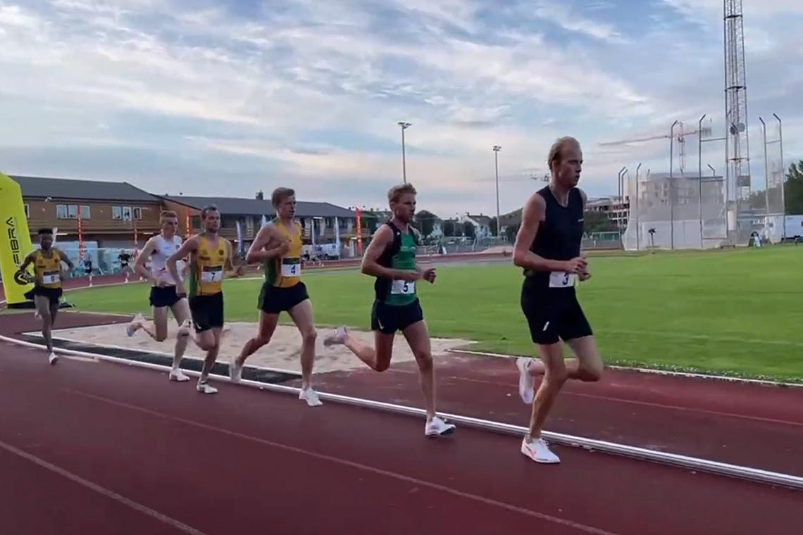 Fartsholder Trond Einar Pederslie i tet, bak ham følger Eivind Øygard, Sigurd Ruud Skjeseth, Erik Udø Pedersen, Marius Vedvik og Senay Amlesom Fissehatsion. (Skjermdump fra streaming).