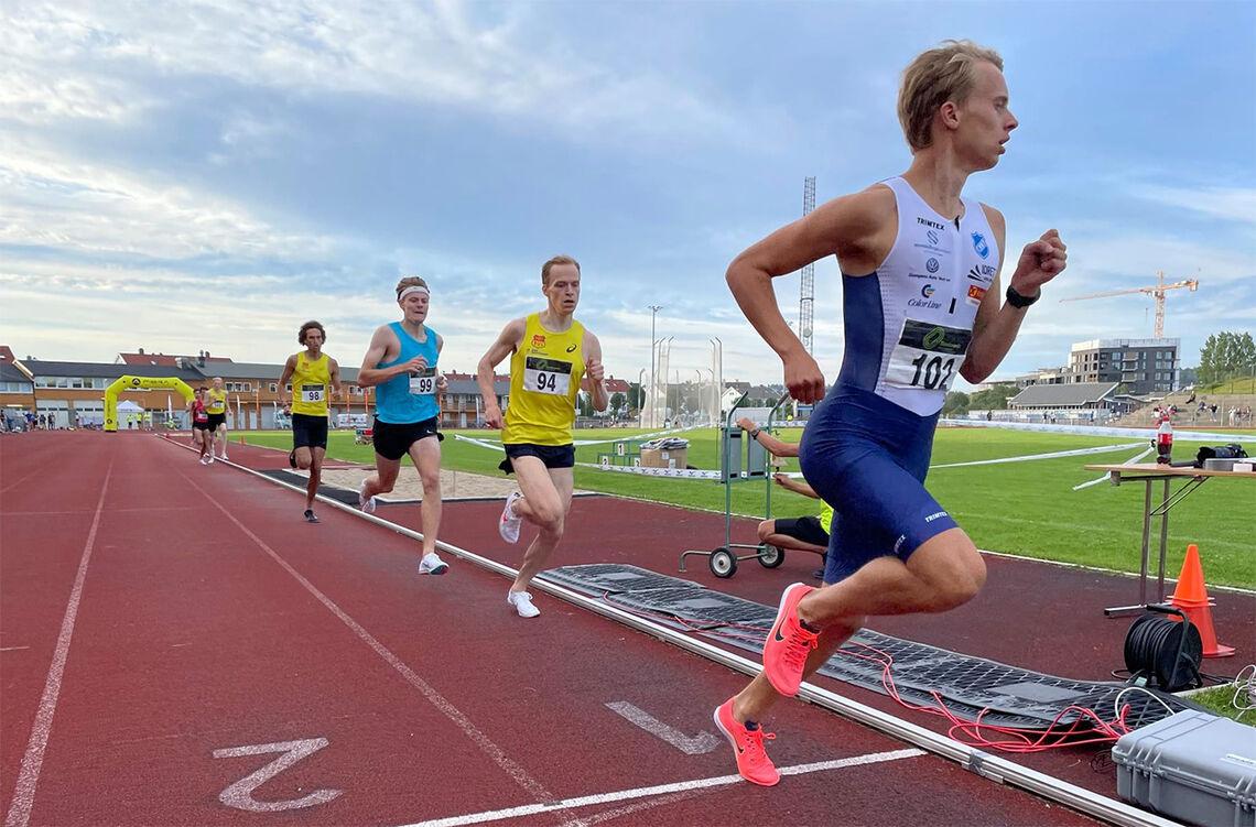 Fartsholder Sigurd Tveit passerer halvveis i tet, mens Markus Einan og Ole Jakob Høsteland Solbu prøver å henge på som best de kan i det høye tempoet. (Foto: arrangøren)