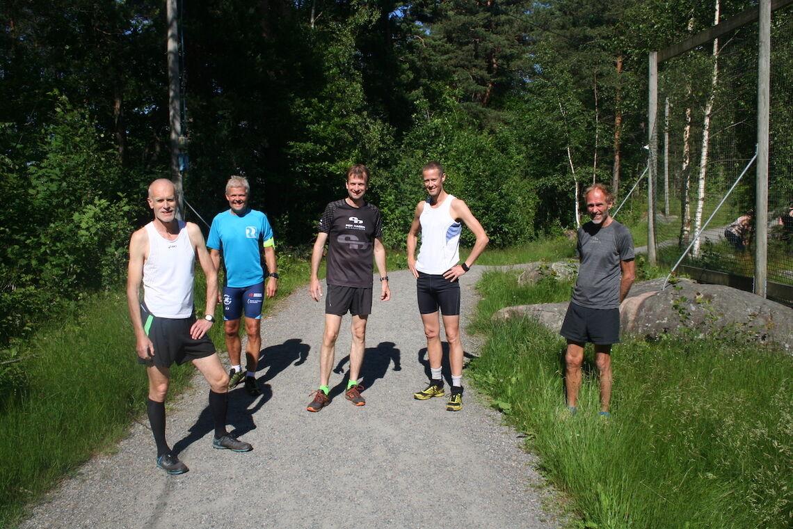 Flere av deltakerne startet samtidig i lang løype. Fra venstre mot høyre. Rune Løkling (64), Ole Johan Bueklev (56), John Torgeir Roland (53), Andreas Dolmen (52) og Edgard Ellertsen (68). (Foto: Sverre Larsen).