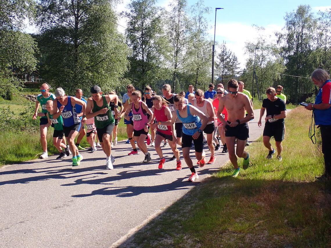 Starten går for Konsmo-Helle. Vinner av 4,9 kilometer ble Martin U. Sløgedal, med startnummer 49. Ingrid Ukkelberg (316) vant 9,3 kilometer i kvinneklassen. (Foto: Arrangøren)