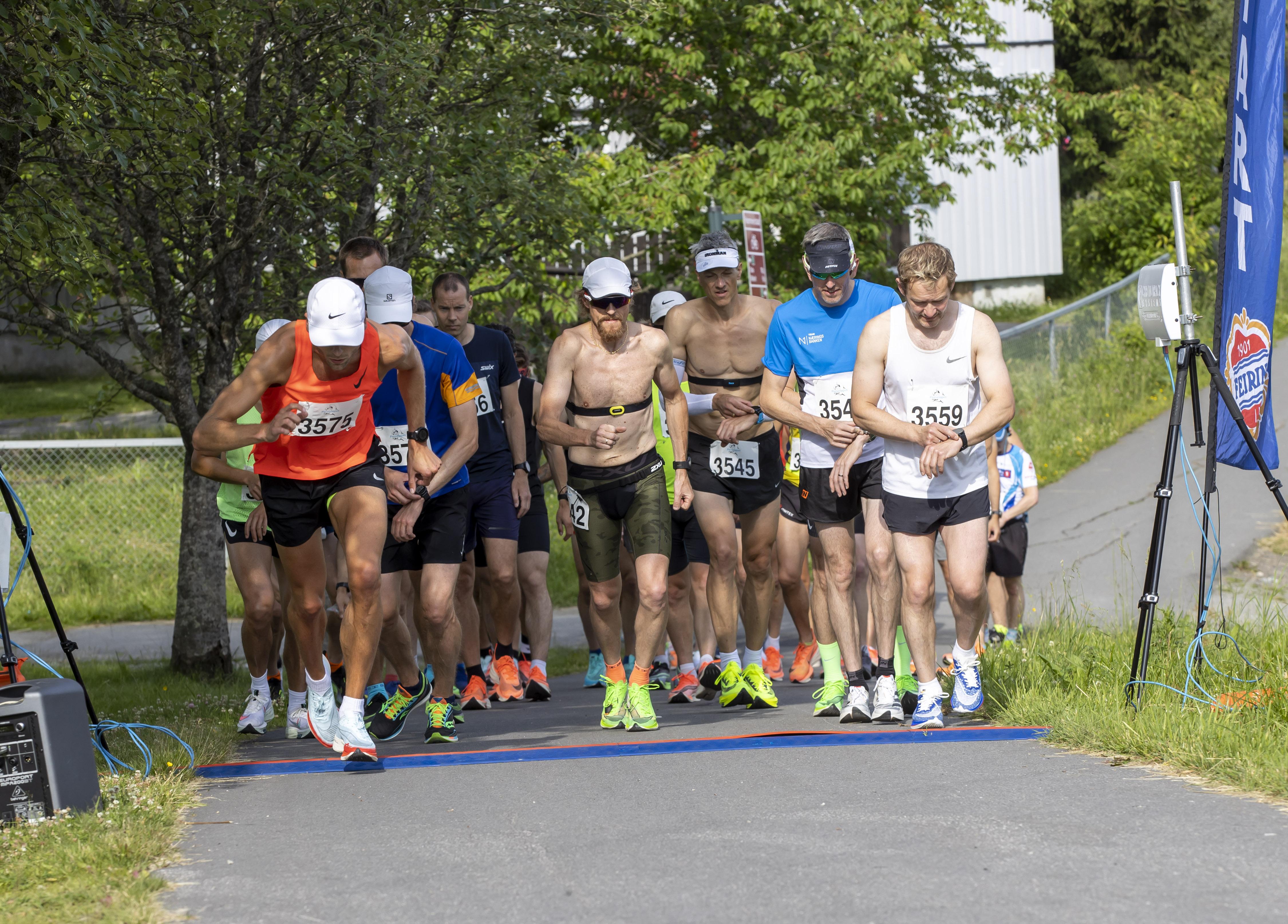 Perseløpet 4 juli 2021 - Allerede da starten gikk klokken 09.00 var det varmt og godt.jpg