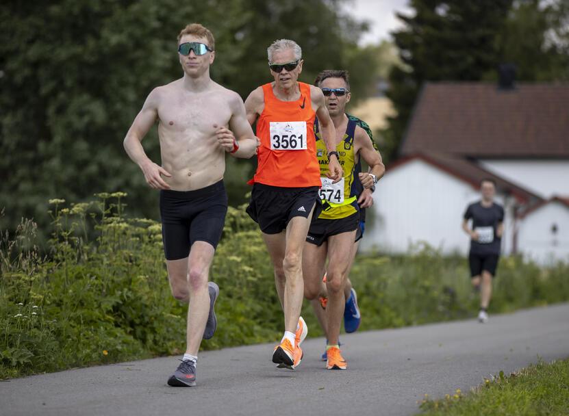Håkon Høst (3561) fra Lyn jaktet aldersrekorden på maraton i M65-69 (3.03.35) men hadde en litt tung dag. 3.05.12 er likevel meget sterkt i varmen.