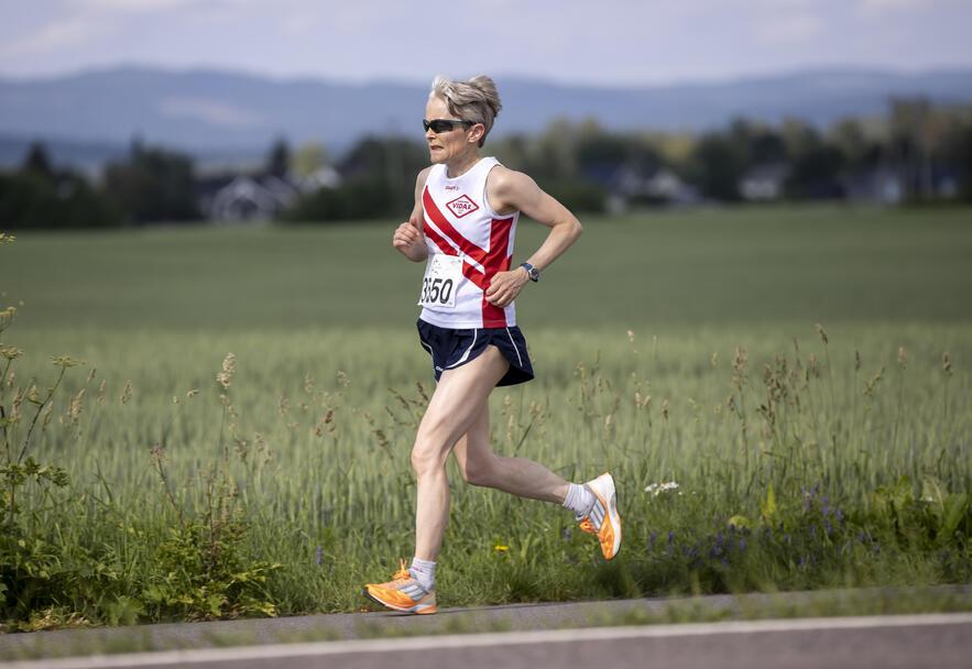Ingunn Monsen fra Sporstklubben Vidar løp halvmaraton i varmen på 1.51.41.