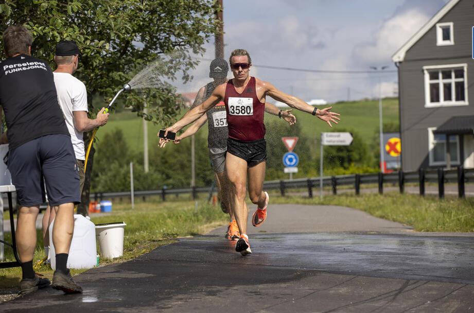 Jan Petter Bekkevold (3580) syntes det var godt med en dusj underveis.