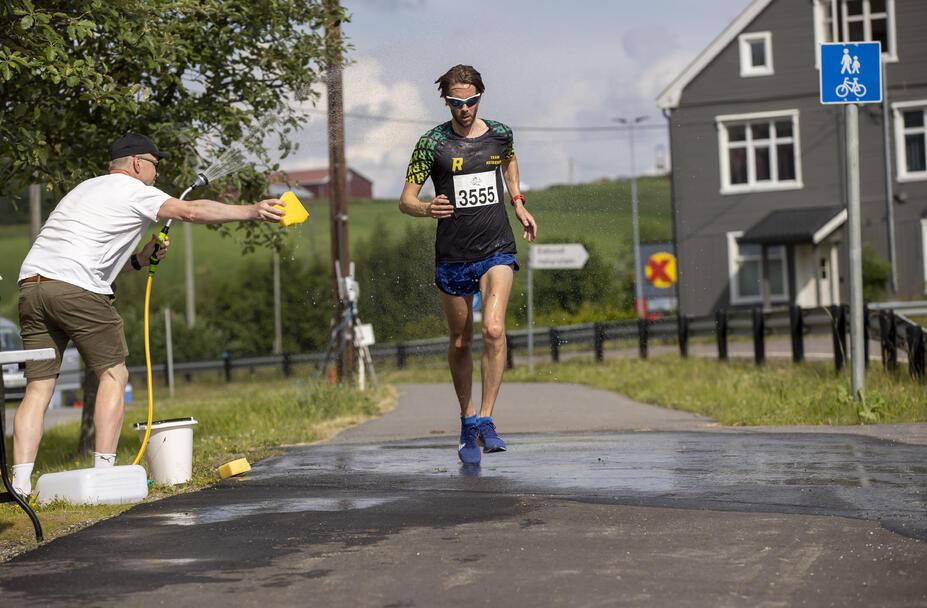 Kjetil Myvold passerer vanningstasjonen til Hans-Jacob Michaelsen fra Feiring IL.