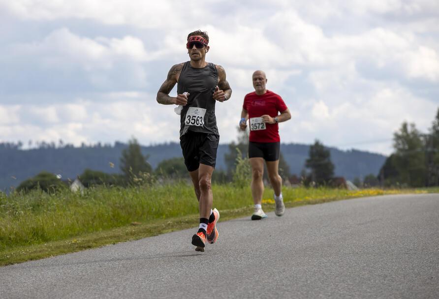 Latvieren Jānis Resnis er både tatovør fotograf og triatlet løp maraton på 3.14.50.