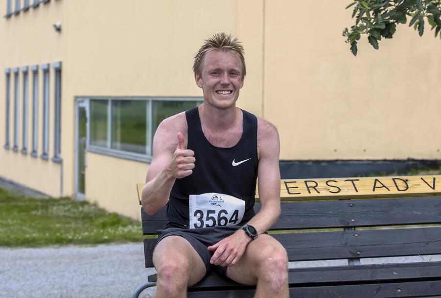 Magnus Løndal fra Lillehammer debuterte på maraton med å vinne hele greia - på tiden 2.49.30.