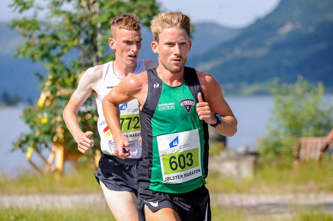 Eivind Øygard løp etter hvert i fra Marius Vedvik på 10 km i Jølster. (Alle foto: Arne Dag Myking)