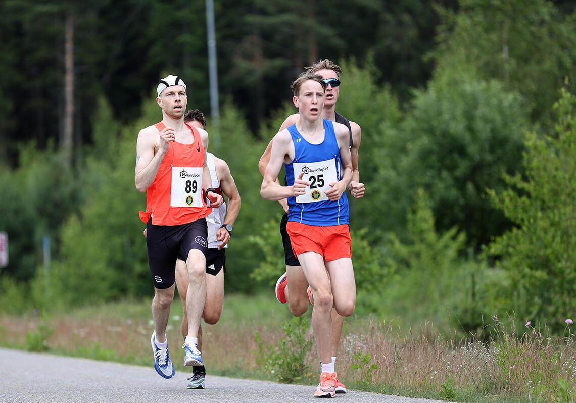 Tom-Erik Lukkedal (89) fløy høyt over asfalten da han nylig løp inn til 15.28 i Rekordløpet. (Foto: Bjørn Hytjanstorp)