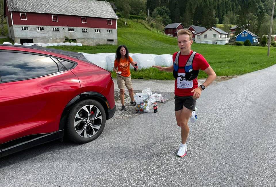 Vinneren Lars Øvrebø fra Jølster Friidrett, takker nei til påfyll av energi når han passerer 19 km. (Foto: Oddveig Lyngstad)