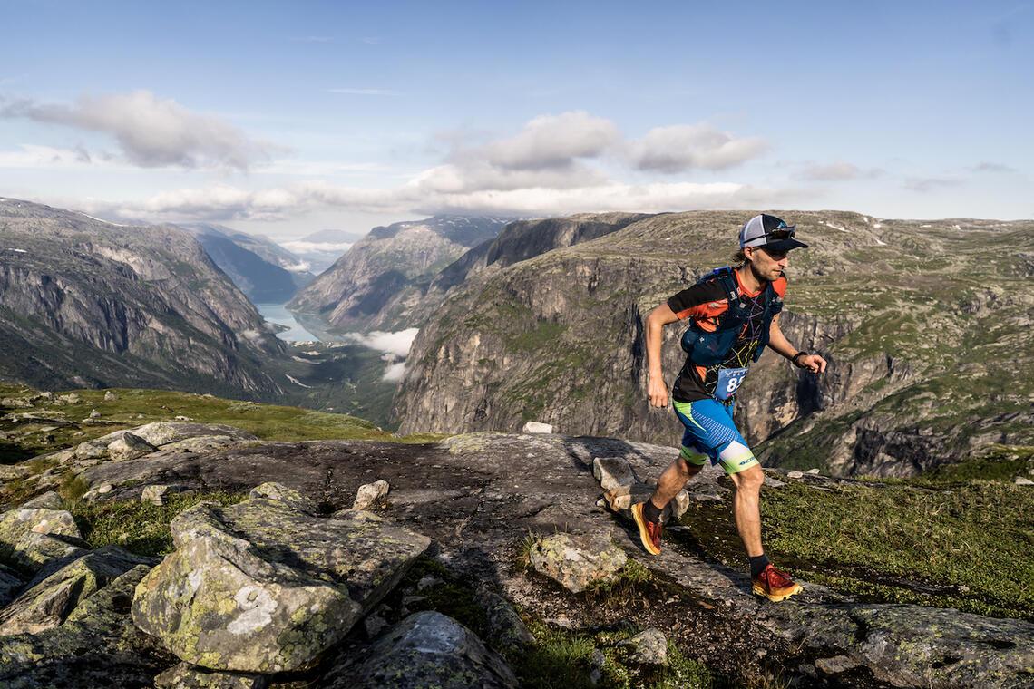 Nydelige forhold under Hardangerjøkulen Ultra. Her med Mathias Dahl Fenre. (Foto: Extremeidfjord/Ian Corless)