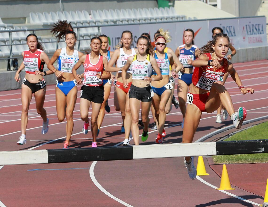 3000 m hinder første øvelse i U20-EM: Spanske Marta Serrano tok teten helt fra start og ledet klart etter drøye 200 m. (Foto: Kjell Vigestad)