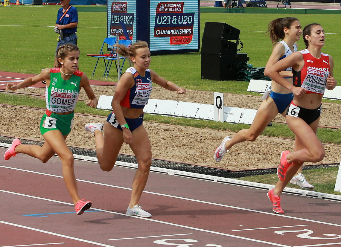 Det ble spurtet for semifinaleplass i heat 1 på jentenes 800-meter, og Sigrid Bjørnsdatter Wahlberg gikk seirende ut av den kampen. (Foto: Kjell Vigestad)