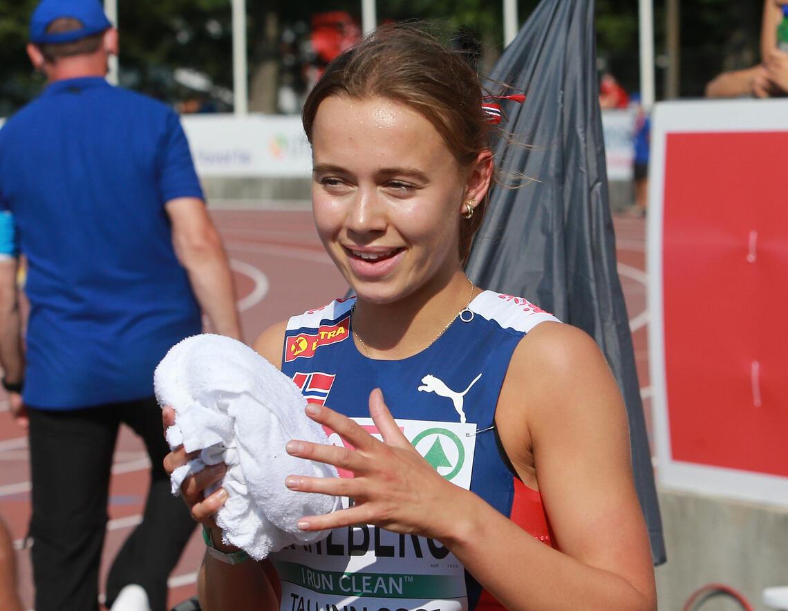 En meget glad Sigrid Bjørnsdatter Wahlberg etter å ha sikret seg finaleplass på 800 m i Tallinn lørdag ettermiddag. (Foto: Kjell Vigestad)
