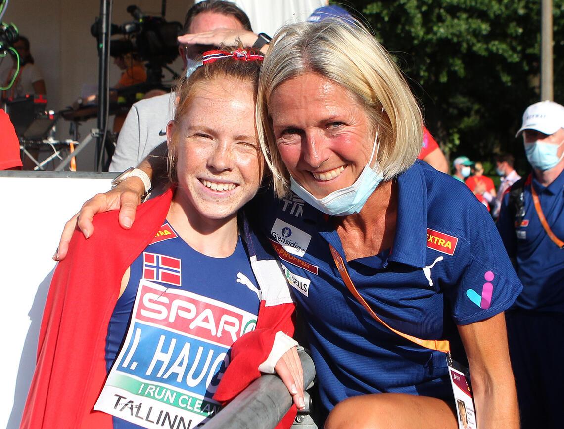 Bronsejenta Ina og mamma Gunhild etter målpassering på lørdagens finale. (Foto: Kjell Vigestad)