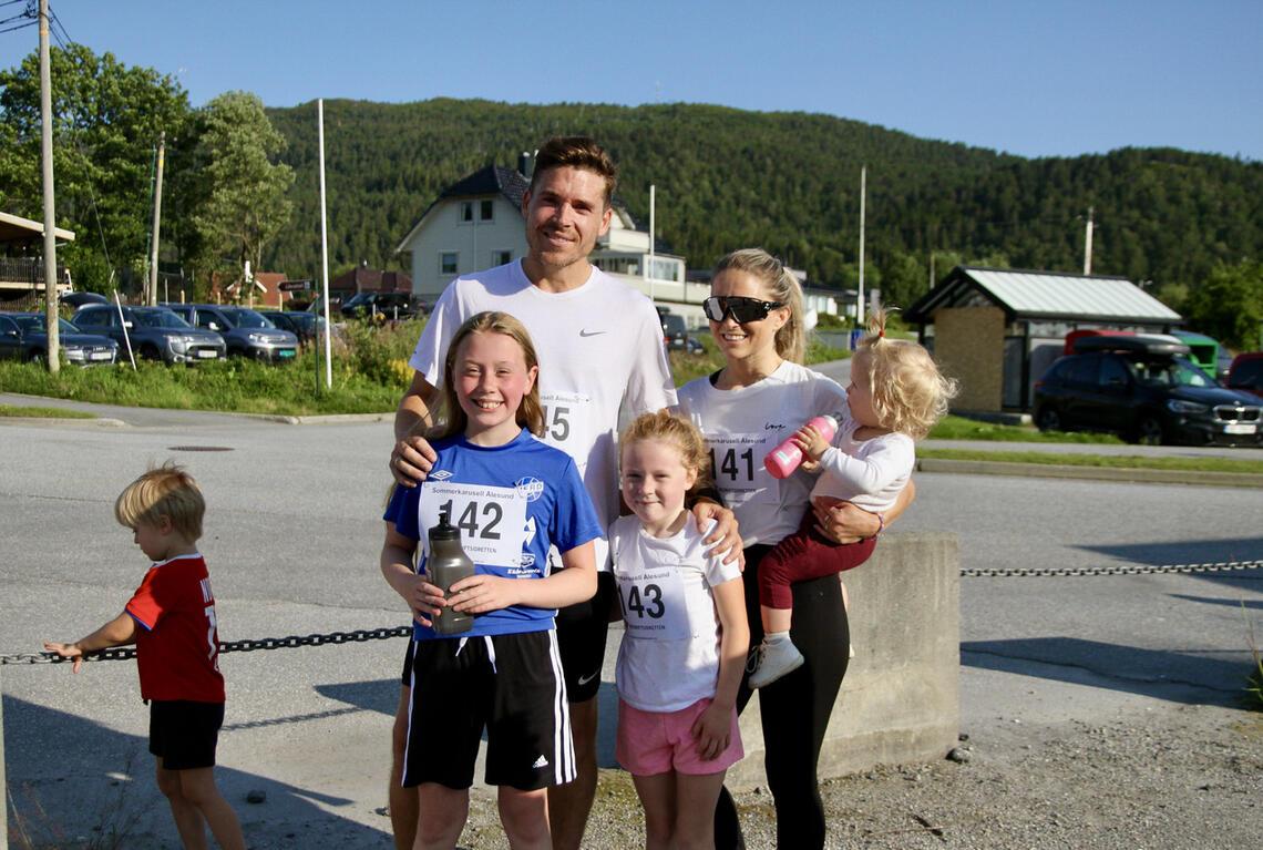 Familien Tollås fra Ålesund var på ferie i heimbyen og brukte onsdagskvelden på løp i Spjelkavika. Helle, Thea og Hanne sprang 5 km, mens far sjølv, Kristoffer Tollås sprang 10 km på tiden 32.34. Alle bildene er tatt av Helge Fuglseth