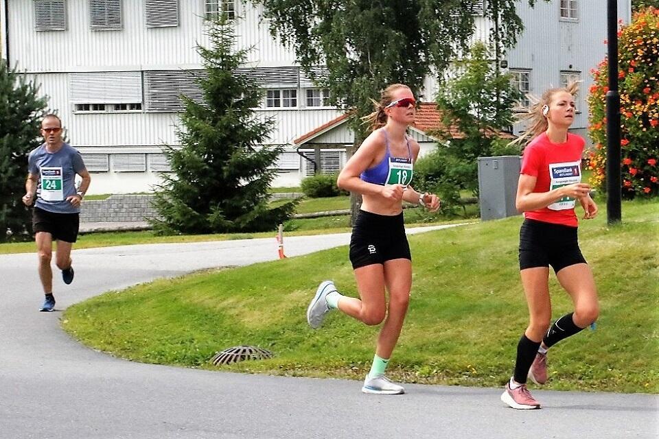 Maren Lie (til høyre) og Karen Marie Håkonsen stod for de to beste prestasjonene på kvinnesiden gjennom  Kongsvinger Maratons 30-årige historie i fjor. (Foto: Rolf Bakken)