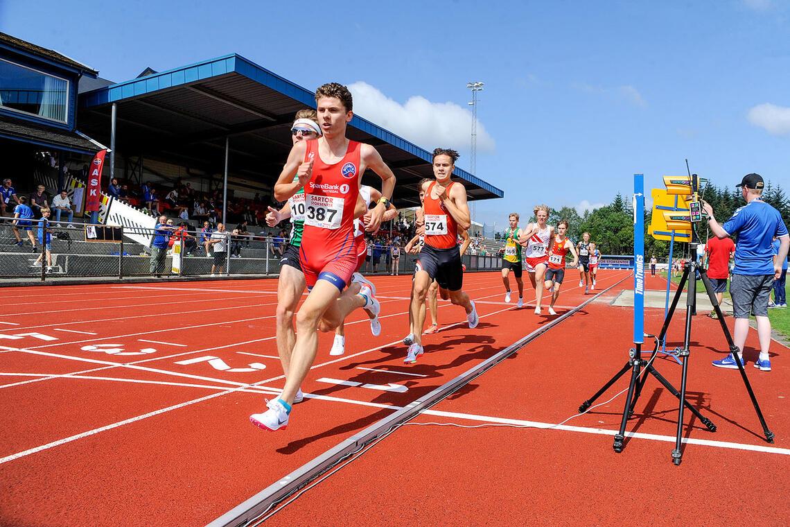 Simen Gløgård Stensrud drar opp farten i det første heatet og sikrer seg en av finaleplassene. (Alle foto: Arne Dag Myking)