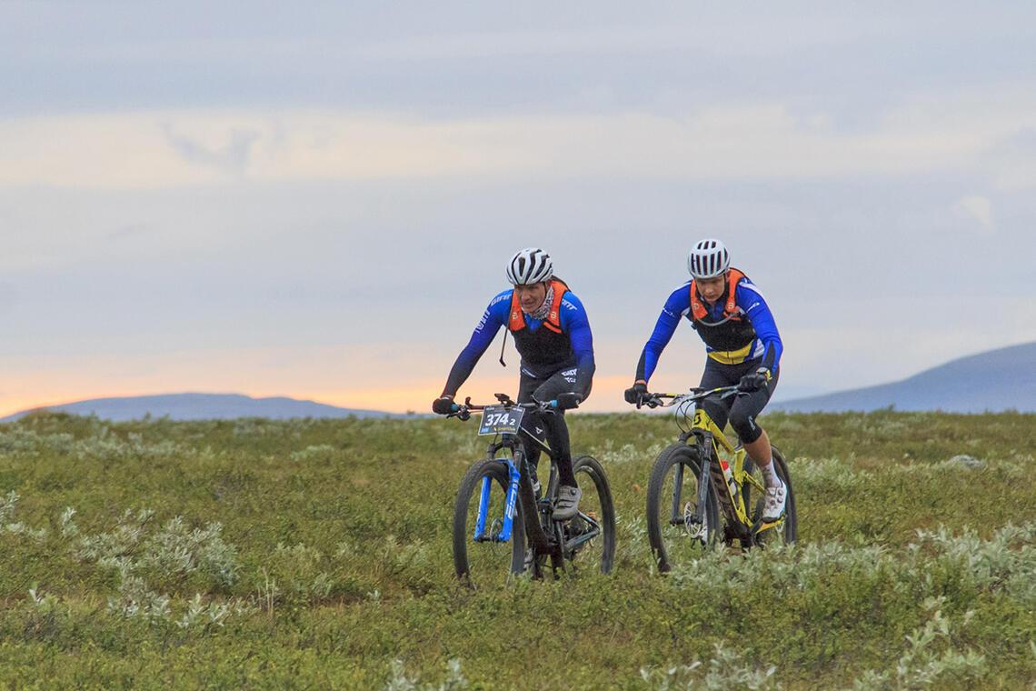 Godt tysk-norsk samarbeid gav seier til Sönke Wegner (til venstre) og Noah Pettersen i Offroad Finnmark 300 km. (Foto: Jon Vidar Bull)