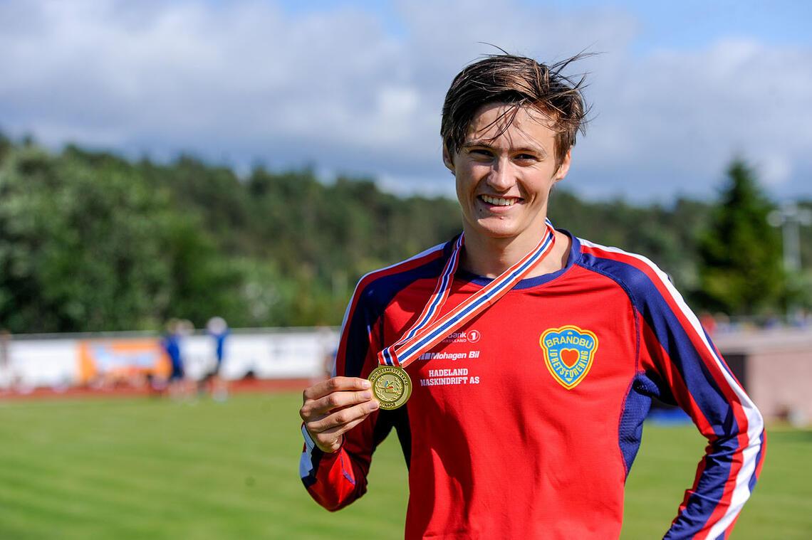 Magnus Tuv Myhre med gullmedaljen som viser han er norgesmester 1500 meter i klasse U-23. (Alle foto: Arne Dag Myking)