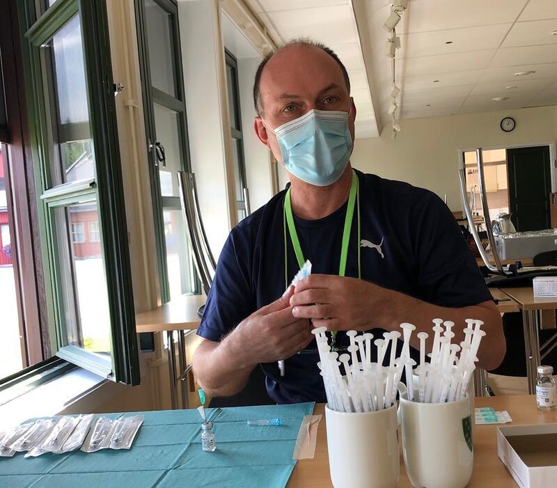 Tenesteleiar helse, Heinz Diehl, travel oppteken med å fylle nye vaksinesprøyter på samfunnshuset i Bykle i dag.