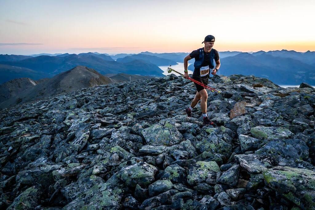 Kristian Aalerud,  Lommedalen nærmer seg toppen av Fremste Blåhornet kl. 05 lørdag. Foto: @Ian Corless / iancorless.com