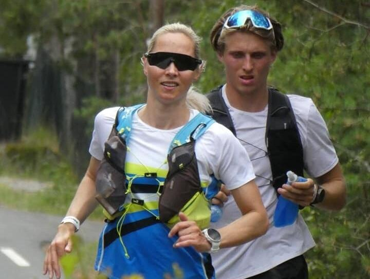 Mari Mauland passerer Ingierstrand ca 60 kilometer ut i løpet sammen med ultraløpsdebutant David Janciulis. (Foto: Lasse Knutsen)