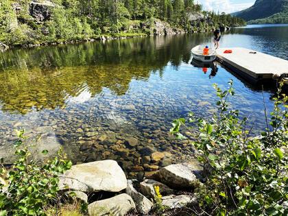 Brygga ved Storvannet på Kvenvik. Her er det mulig å ta seg en tur ut med båt. Husk å ta med redningsvest.